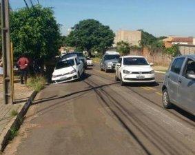 Carro fica danificado após cair em buraco no bairro Carandá Bosque