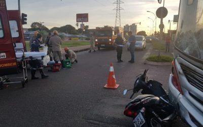 Motociclista avança sinal vermelho e acaba colidindo contra ônibus na Capital