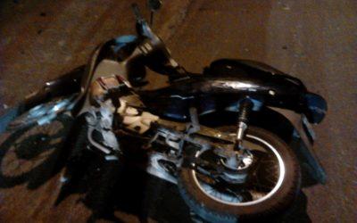 Motociclista perde controle da direção e colide contra muro de residência